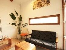 スケールヘアーデザイン(SCALE HAIR DESIGN)の雰囲気(受付や待合スペースにはアンティーク家具やレトロ雑貨を。)