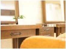 イサ 京都駅前店(ISA)の雰囲気(桜の木を使用したオーダーメイドの鏡台。)