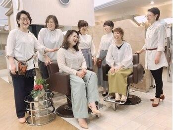 あだち美容室 アンフローリア(en fleurir)の写真/女性スタイリストならではの細やかさと、居心地の良い空間が魅力◎気さくなスタッフが笑顔でお出迎え♪
