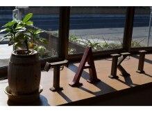 たき美容室の雰囲気(出窓の写真です。ロゴをイメージして小物を配置しました。)