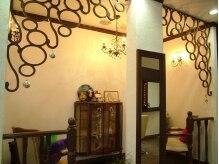 ベルエゼン(Belle et Zen)の雰囲気(アンティーク調の家具が置かれたスペースも。)