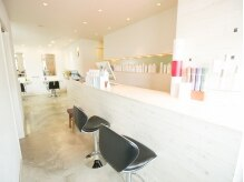 フルハウス (Full house HAIR DESIGN)の雰囲気(白をベースにした清潔感の溢れる店内。)