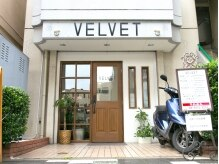 ヴェルヴェット(VELVET)の雰囲気(こちらの外観が目印!バリアフリーでベビーカーや車椅子でもOK◎)