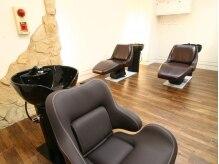 ヘアクリニック アングレーヌ(Hair Clinic Un graine)の雰囲気(フルリクライニングのシャンプー台でゆったりリラックス。)