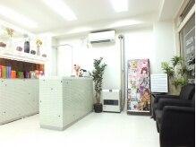 美容室ゲバラ 南郷7丁目店(GUEVARA)の雰囲気(白を基調とし、開放感ある内観)