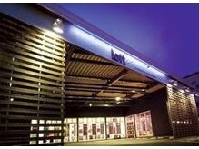 ロフト プロデュースドバイウシワカマル(loft produced by ushiwakamaru)の雰囲気(屋根付き駐車場で、雨でも気にせずご来店いただけます)