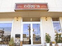 ジギー アールの雰囲気(店頭に並ぶ植物と赤い看板が目印)