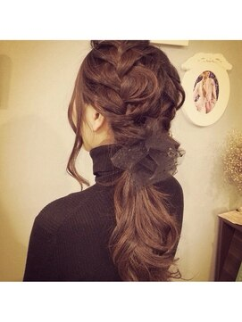 編み込みポニーテールヘアアレンジ(結婚式の髪型) ブライダル カルネ(Bridal CARNET)チュールピンあみこみポニーテール