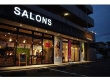 サロンズヘアー 老司店(SALONS HAIR)の雰囲気(可愛い女の子の看板、そして白い『SALONS』のロゴが目印!)