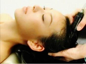 美容室 フリゼ(frise)の写真/炭酸の細かい泡の力で毛穴や髪の汚れもスッキリ除去!頭皮状態が気になるカラー後に併用するのがオススメ♪