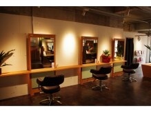 サロンズヘアー 老司店(SALONS HAIR)の雰囲気(店内は木目調の落ち着いた雰囲気です♪)
