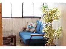 アラウンド ヘアラウンジ(AROUND hair lounge)の雰囲気(たくさん日差しが入り込む待合スペース。)