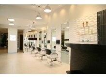 大賀 ヘアビューティ(Oga Hair beauty)の雰囲気(白を基調とした店内です。)