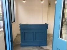 ベル(bell)の雰囲気(ブルーの扉、受付カウンターが目印♪夫婦が笑顔でお出迎え◎)