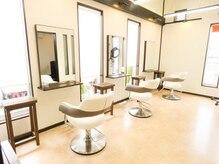 美容室リフレの雰囲気(自然光の差し込む柔らかな雰囲気の店内♪)