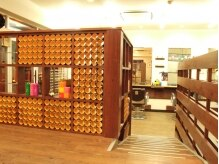 ヘアスタジオ イチマルニ(hair studio 102)の雰囲気(紙筒をつめたポップな飾り棚♪色んな所に【102】のこだわりが。)
