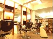 ヘアスタジオ イチマルニ(hair studio 102)の雰囲気(中2階のセット面フロア。手作り感のあるスタイリッシュな内観)