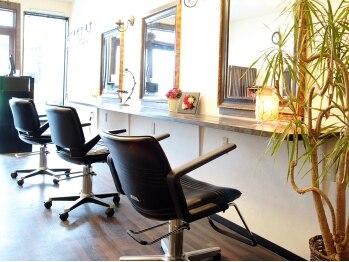 クラール(CURAR)の写真/女性スタイリストだけの落ち着いた空間と、シンプルでありながら計算された店内が心地良いサロンです♪