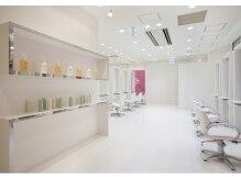 クレージュ サロン ボーテ イオン新百合ヶ丘店の雰囲気(店内は白で統一され清潔感のある明るいスペースになってます。)