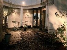 アレックスリパブリック(alex republic)の雰囲気(店内も中庭もグリーンやブロカントで癒しの空間を演出)