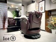 ロットナイン(lot 9)の雰囲気(シャンプー台が動くので一度も席を移動せず施術可能です。)
