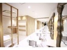 ニューヨークニューヨーク 山科店(NYNY)の雰囲気(白ベースでアクセントにウッドが取り入れられた店内)
