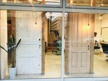 美容室スピン(SPIN)の雰囲気(アンティークのドアとペンダントライトが目印です♪)