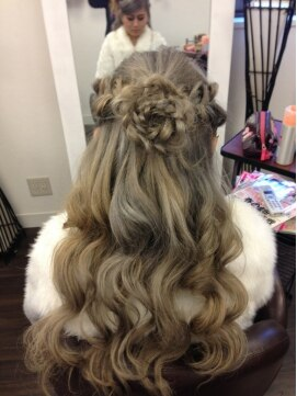 三つ編みハーフアップヘアアレンジ バティック ヘアー Batik Hair 横浜本店 エクステ専門店三つ編みコサージュハーフアップ**