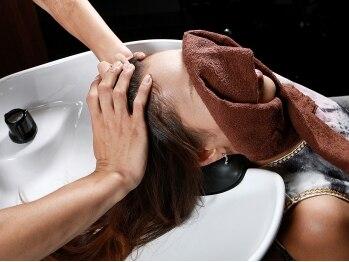 カフェアンドビューティー エスト 越谷(cafe&beauty est)の写真/【越谷】心地よいマッサージで髪・頭皮に潤いをもたらす至福の時間…。心も体も癒しのひとときを満喫して☆