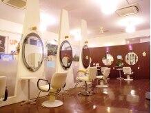 ヘアーアンドメイク カズヨカリーノ(Hair&Make CAZUYO Carino)の雰囲気(温かみのあるウッドフロアに優しい照明が心地よい店内♪)