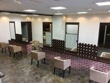 ウィズヘアー 東原店(wiz hair)の雰囲気(大きな鏡と隣が気にならないゆとりあるスペースです。)