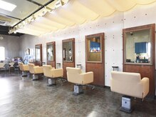 美容室 Fの雰囲気(セット椅子6面の店内です。)