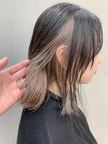テトヘアー(teto hair)インナーカラー、プラチナブロンド、前下がりボブ、外ハネ