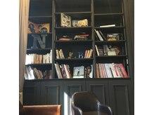 ナビッジ(NABIGE)の雰囲気(センス溢れる大きな本棚。)