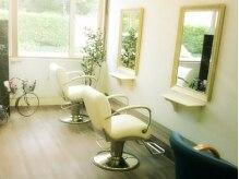 美容室ラヴィアンローズ(LaVieen Rose)の雰囲気(白を基調とした明るく清潔感のある店内)