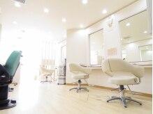 カットサロン グローリー(cut salon GLORY)の雰囲気(光が差し込む開放的な店内は、全5席。)