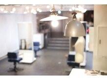 サロン ヴィ(Salon V)の雰囲気(白を基調としたシンプルな店内にアンティークランプやチェアが◎)