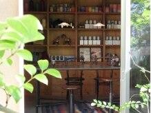 エヌシービーシー(N.C.B.C)の雰囲気(窓越しに中庭を楽しめる個室で待ち時間ものんびりと。)