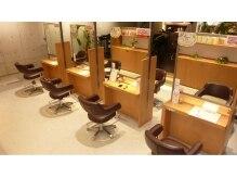 サロンズヘア 西中島店(SALONS HAIR)の雰囲気(明るい雰囲気の店内でゆっくりお寛ぎ下さい。)