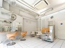 ヘアープランナー ハウサ(Hair planner hausa.)の雰囲気(天井が高く、ガラス張りで開放的な店内でゆったり…♪)