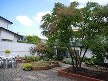 コマバ(KOMABA)の雰囲気(ゆったりとした空間と庭)