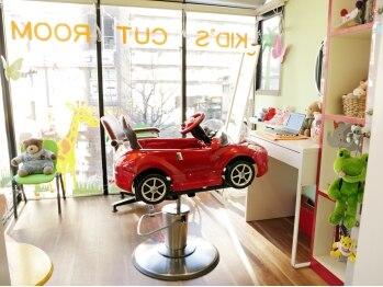 ヴァルヘア ヤギシタ 松原店(VALHAIR YAGISHITA)の写真/お子様と一緒にカットOKなキッズカットルーム完備♪個室空間だから周りを気にせず過ごせると好評です☆