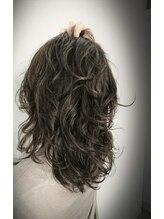 ヘアーアンドアイラッシュ ヨーク(Hair&eyelash york's)ダークアッシュに全体にフェミニンウェーブ