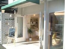 アトリエ ヌーエ(atelier nue′)の雰囲気(サロン入口。黄色いイスを目印にお越しください♪)