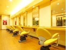 ヘアーアンドメイク ビューティーワン(HAIR&MAKE Beauty one)の雰囲気(1列に並んだ6席のカット面★他のお客様と目が合わずリラックス♪)