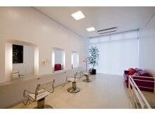ワークスヘアデザインの雰囲気(白を基調とした開放感のある2階フロア)