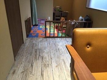 モードケイズ ググ 吹田店(MODE K's gugu)の写真/【キッズスペースあり】遊ぶお子様の様子を確認しながら、そばで施術が出来る半個室のお部屋をご用意♪