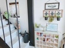 サロン ド プティ タ プティ(Salon de Petit a Petit)の雰囲気(白を基調とした店内。2階はマツエクやエステをしています!)