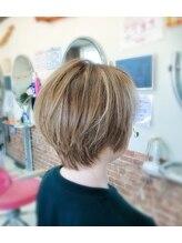 髪こうぼうミルクティーベージュのショートヘア