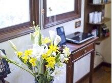 ヘアーメイク リンク(Hair Make LINK)の雰囲気(アンティーク家具とお花に囲まれて、心安らぐひとときを…♪)